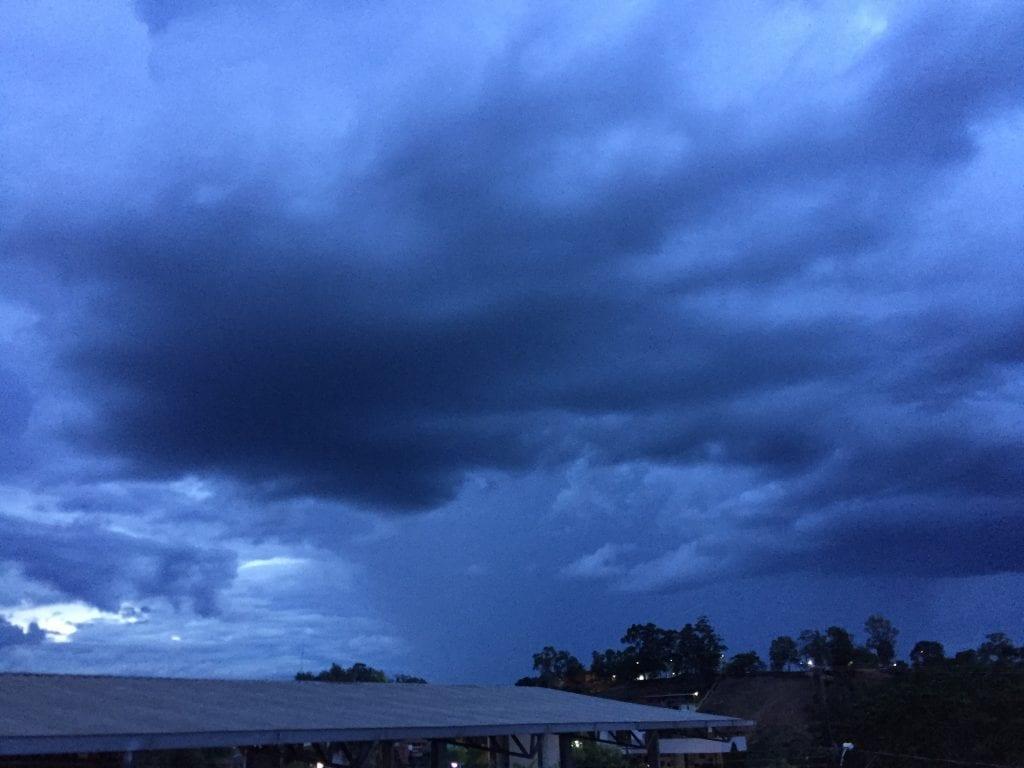 Momento da formação das nuvens ainda no fim de tarde em Presidente Kennedy