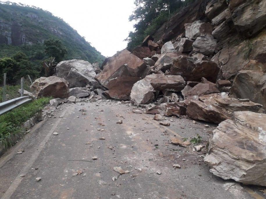 Deslizamento de pedras bloqueia a ES 177 que liga Jerônimo Monteiro a Muqui