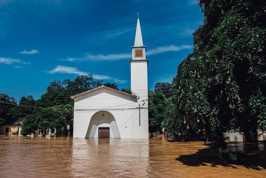 Moradores da comunidade de Paineiras foram retirados de casa após receber enchente neste domingo (26)