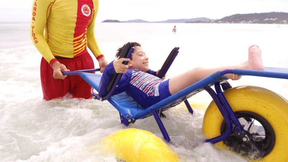 Projeto Praia para Todos inclui cadeirantes em Marataízes